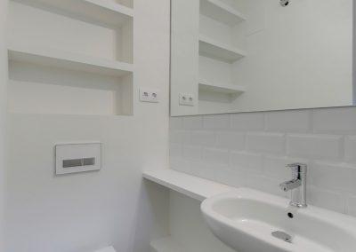 Baño combinación microcemento y baldosas