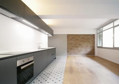 cocina-mix-black-and-white-bnw-horno-parquet-ventana-aluminio