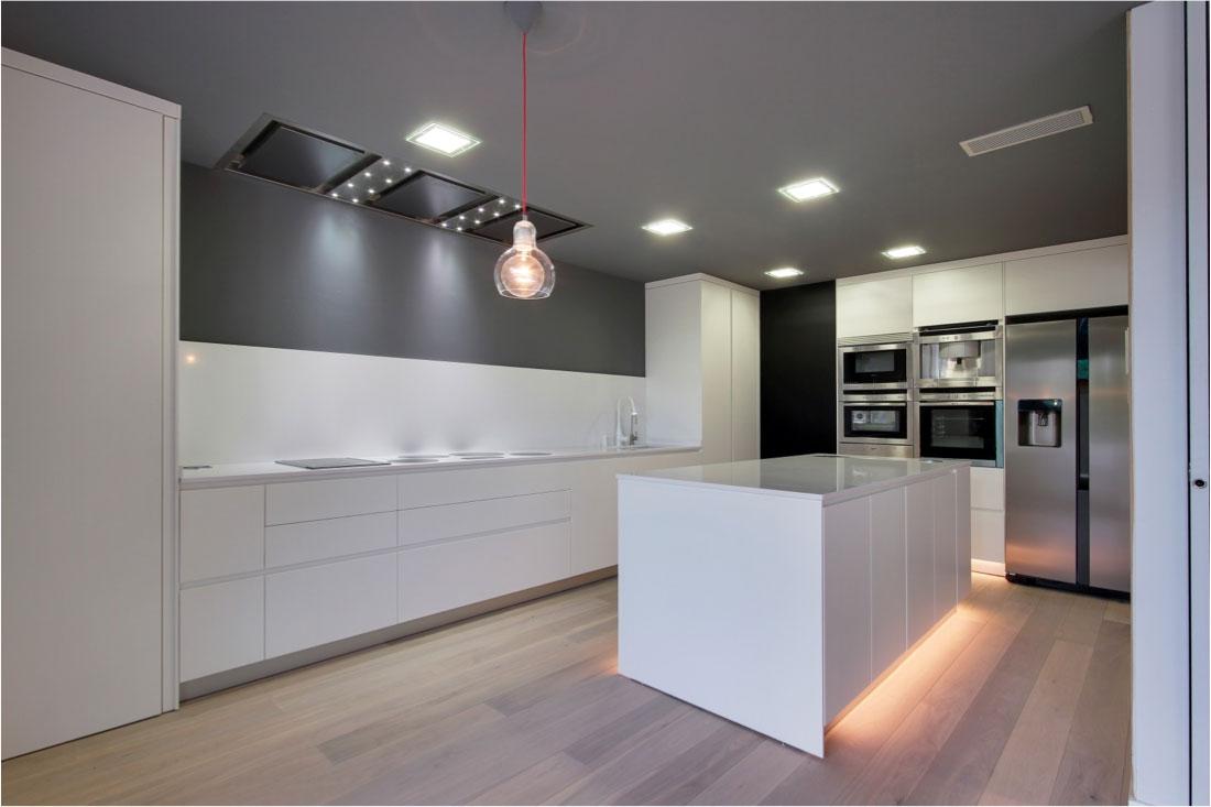 Cocina moderna con accesorios, leds, grifería