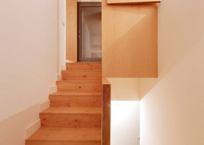 Escaleras acceso piso superior