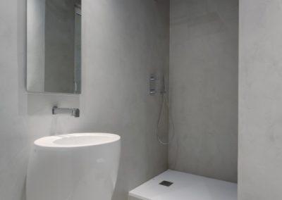 Espacio de baño reformado con ducha y lavabo