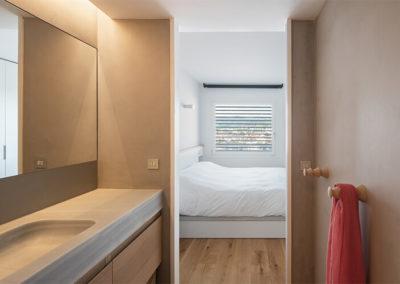 Dormitorio con acceso al baño