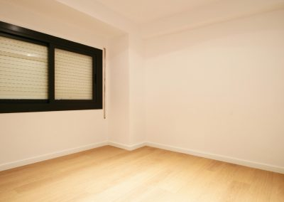 habitacion-parquet-blanco-ventana-aluminio-persiana-esquina