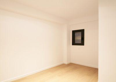 habitacion-ventana-aluminio-pequena-parquet-esquina-blanca