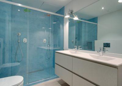 Microciment amb diferents colors a l'interior de la dutxa