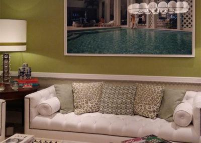 Color PANTONE 580 aplicado a la pared de la sala de estar