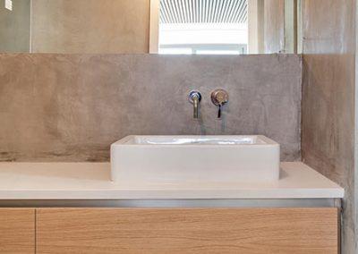 Detalle mobiliario y grifería del bañoa