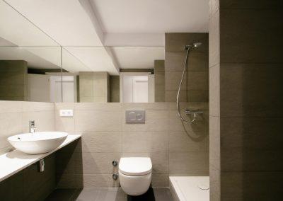 bano-lavabo-pica-minimalista-moderno-gris-ducha