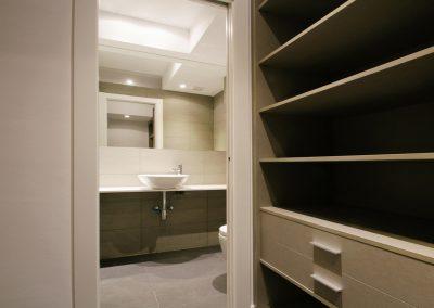 bany-lavabo-pica-armari-estanteria-mirall