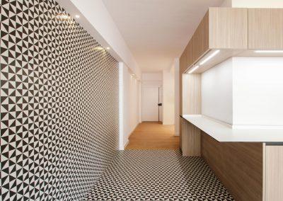 cocina-minimal-black-and-white-bnw-puerta-entrada-pasillo-parquet