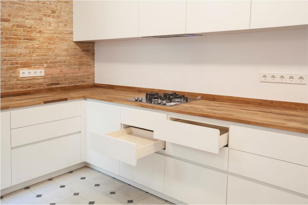 Encimera de madera en cocina reformada