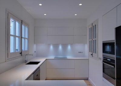 Cocina reformada puertas lacadas blancas