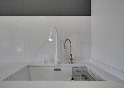 Detalle de grifo de cocina con luz incorporada