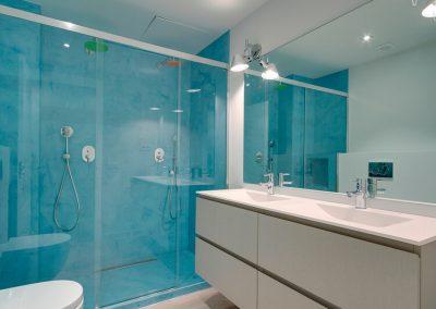 Diseños de baños con paredes azules