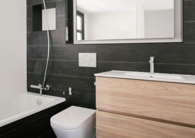 Diseños de baños con paredes en negro